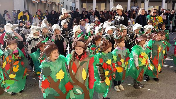 Vesela povorka malih maškara prošetala Novigradom i zabavila se na Velikom trgu